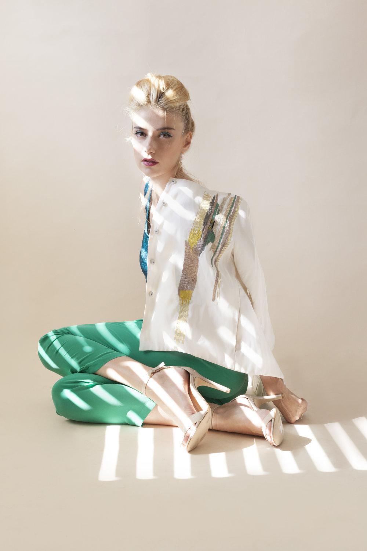 """""""לעולם לא לסתום את הפה""""  גאלה קוגן (צילום: רותם רייצ'ל חן)  ג'קט: LOVE ME TWO TIMES רבי פנחס בן יאיר, תל אביב. חולצה: זארה. מכנסים: נומרו 13. נעלי: ALDO"""