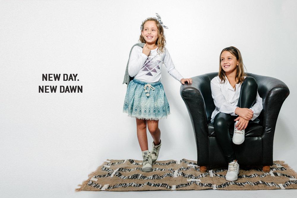 ליה מימין בחולצת בוהו לבנה, טייץ דמוי עור שחור, אלה משמאל בחולצת טריקו מודפסת,חצאית ג'ינס וקרדיגן חגיגי  AMERICAN EAGLE OUTFITERS KIDS  (צילום מרק סגל)  נעליים ליה: פפאיה, קשת לשיער אלה: THE CHILDRENS PLACE,שטיחון: פוקס הום
