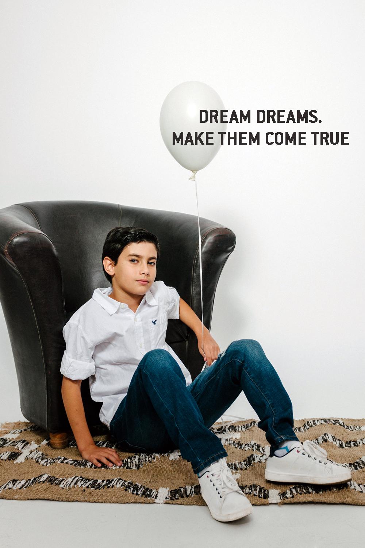 אייל בחולצה מכופתרת לבנהוג'ינס קרעים  AMERICAN EAGLE OUTFITERS KIDS  (צילום מרק סגל)  שטיחון: פוקס הום