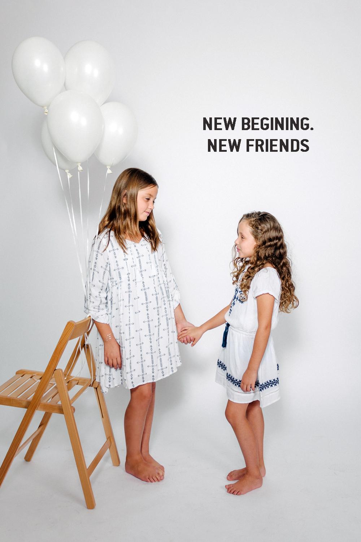 אלה מימין בשמלת בוהו רקומה, ליה משמאל בחולצת בוהו לבנה    AMERICAN EAGLE OUTFITERS KIDS   (צילום: מרק סגל)