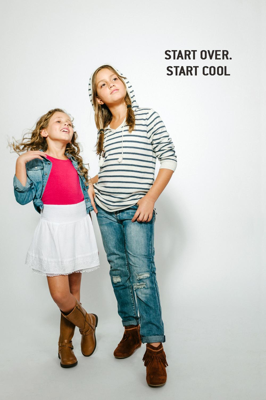 ליה מימין בקפוצ'ון סריג פסים וג'ינס נשים, אלה בחולצת טריקו ועליה חולצת ג'ינס וחצאית בוהו לבנה   AMERICAN EAGLE OUTFITERS KIDS  (צילום: מרק סגל)  מגפים: THE CHILDRENS PLACE