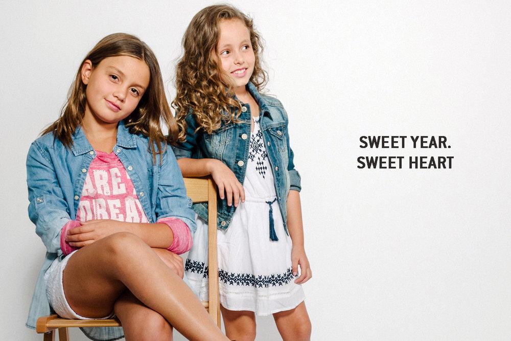 אלה מימין בשמלת בוהו רקומה וג'קט ג'ינס, ליה בחולצת הדפס ומעליה חולצת ג'ינס ושורטס   AMERICAN EAGLE OUTFITERS KIDS  (צילום: מרק סגל)