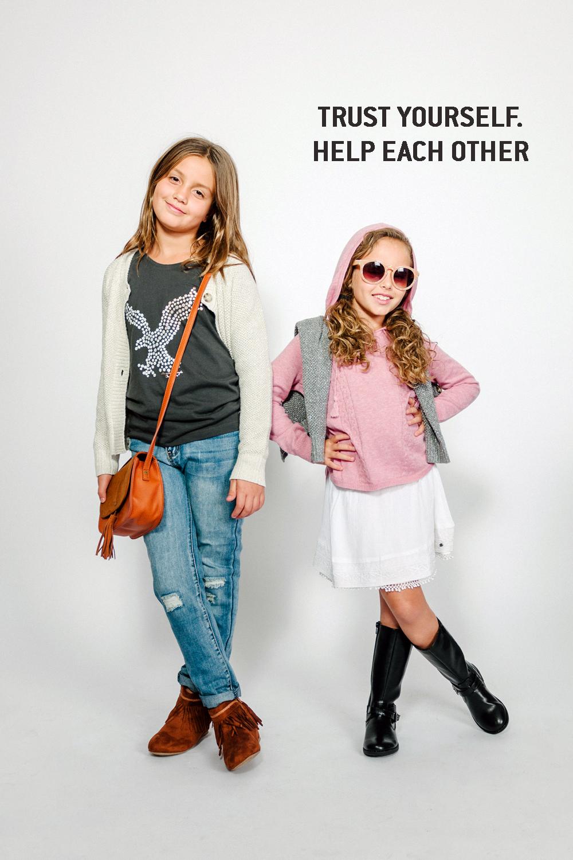 אלה בקפוצ'ון סריג ומעליו קרדיגן אפור חגיגי, משקפי שמש, וחצאית בוהו לבנה.ליה בטריקו מודפס ומעליו קרדיגן לבן חגיגי, ג'ינס נשים ותיק בוהו   AMERICAN EAGLE OUTFITERS KIDS  (צילום: מרק סגל)  מגפים: THE CHILDRENS PLACE