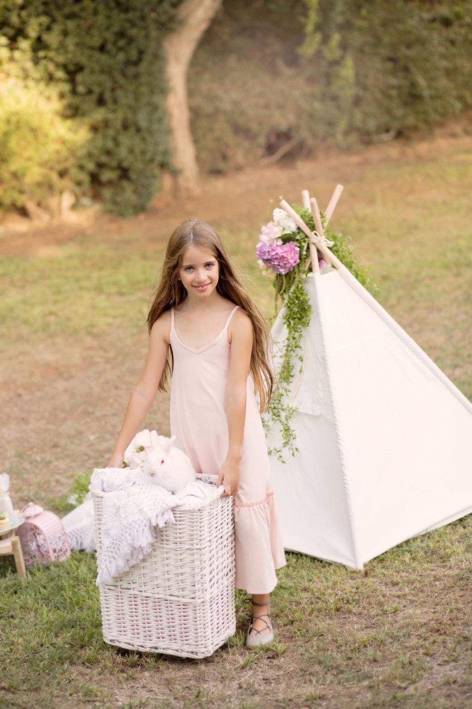 מישל ב   שמלת מקסי TINKER& PEN     נעלי בובה      פפאיה    , אוהל    WANDERLUST TEEPEE    פרחים:    FLOWERIA עיצוב אירועים    (צילום: איטן רשקס)