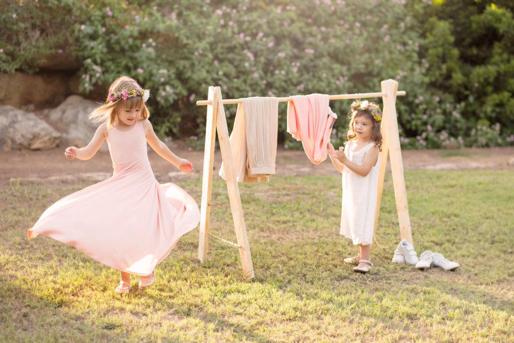 דריה ב שמלה מסתובבת  TINKER & PEN   , ונעלי בובה    פפאיה   .ענהאל (מימין) בשמלה לבנה   American Eagle Outfiters kids  , נעלי בובה    פפאיה   .זרי פרחים   FLOWERIA   עיצוב אירועים. (צילום: איטן רשקס)