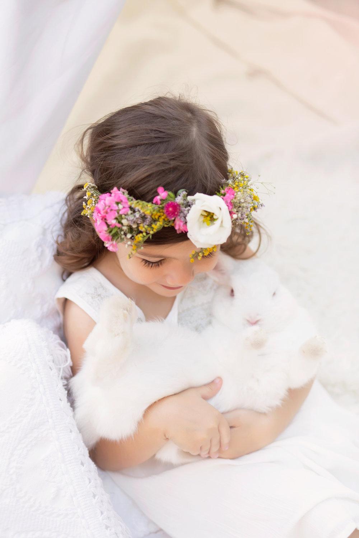 ענהאל בשמלה לבנה  American Eagle Outfiters kids ,  זרפרחים   FLOWERIA    עיצוב אירועים. (צילום: איטן רשקס)
