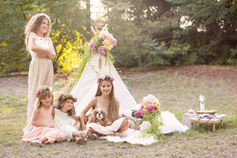 בתמונה למעלה:עומר (עומדת) מישל (מימין) ודריה (משמאל)בקולקציית TINKER & PAN ,ענהאל(באמצע) בשמלה לבנהAMERICAN EAGLE OUTFITERS KIDS, נעלים:   פפאיה  , אוהל WANDERLUST TEEPEE , פרחים: FLOWERIA עיצוב אירועים