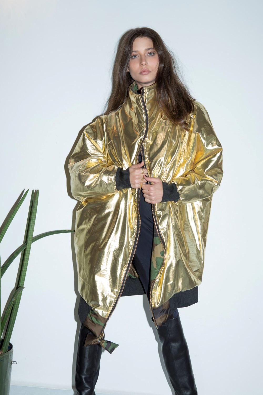 """ג'קט בומבר מטאלי של המעצבת לארה רוסנובסקי 2,400 ש""""ח(צילום יריב פיין וגיא כושי)"""