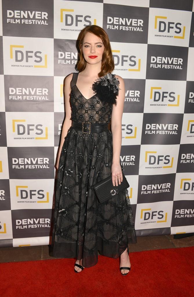 אמה סטון בשמלת תחרה בסגנון ויקטוריאני של בית האופנה CHANEL
