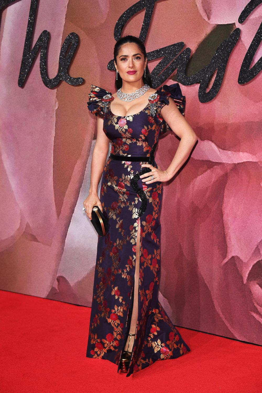 """השחקנית סלמה היאק בטקס פרסי האופנה הבריטי 2016 בשמלה של גוצ'י (צילום יח""""צ)"""