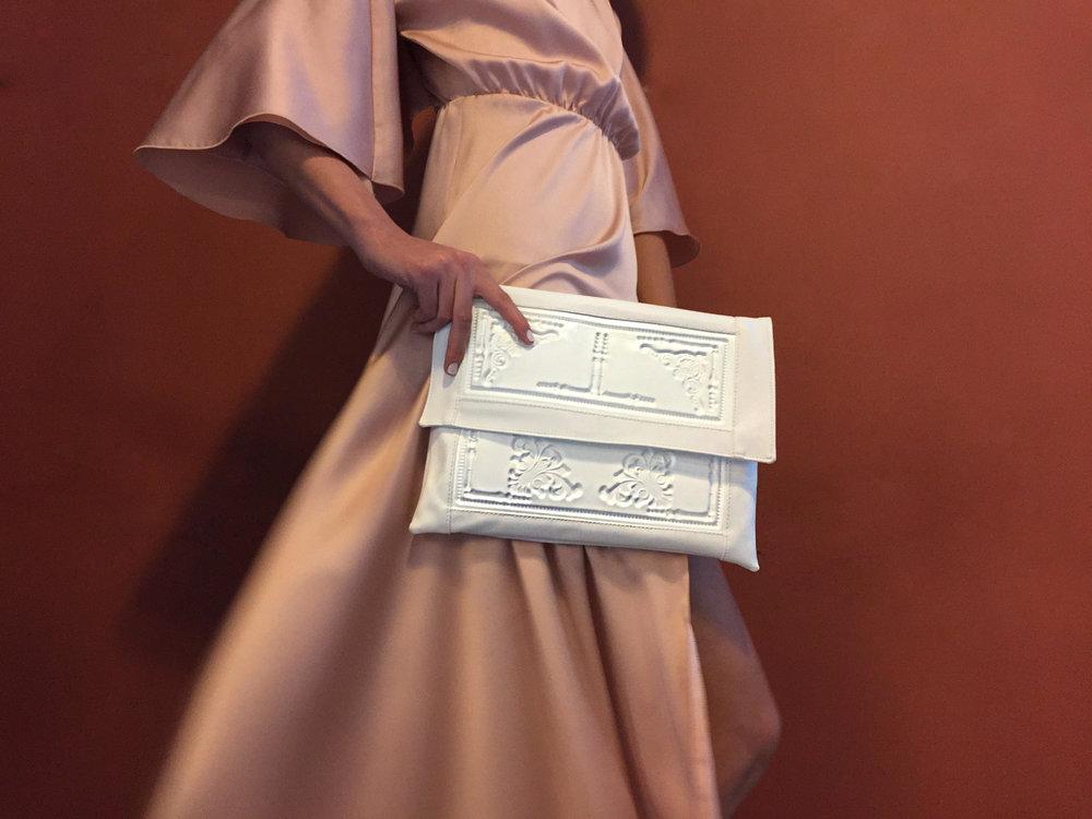 """קלאץ' XL מתוך קולקציית הקפסולה הלבנה של """"מדוזה"""" (צילום: מזל חסון).  להגרלה הקליקי כאן >>>"""