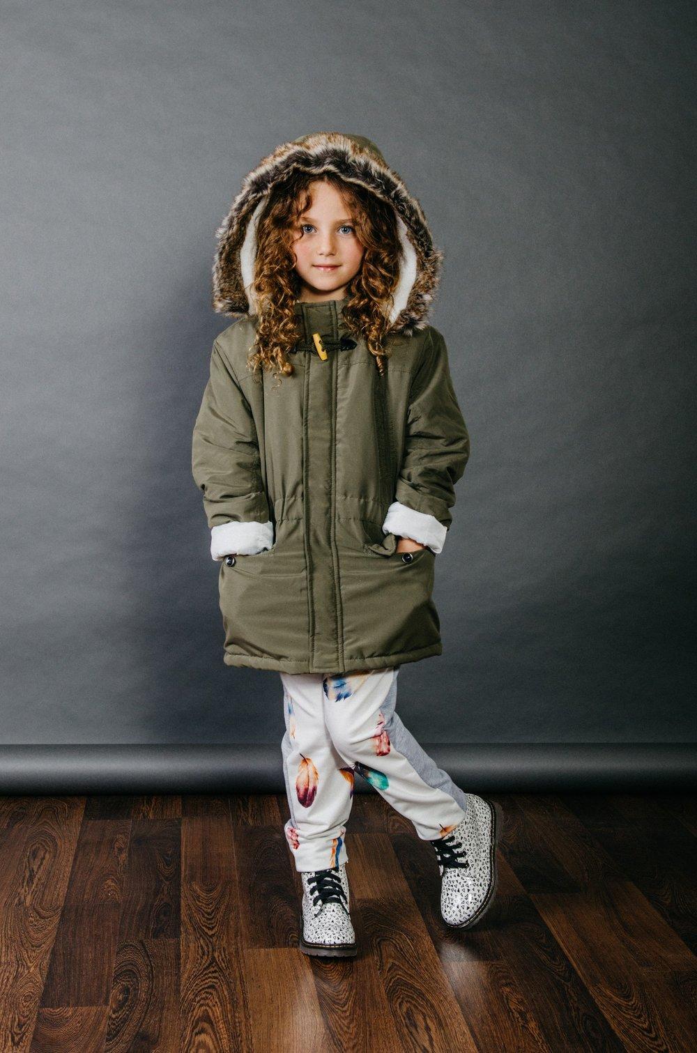 """""""צבעים על-זמניים"""" חליפת טרנינג אורבנית, ומעיל פארקה :  MISH-MISH , נעליים: פפאיה (צילום: מארק סגל ל itmag.co.il)"""