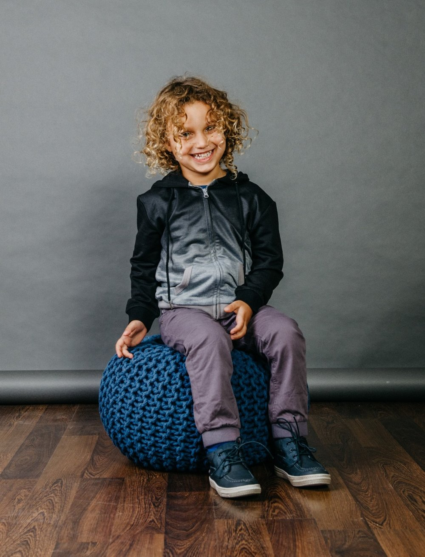 """"""" בגדים אופנתיים לשעות הפנאי"""" עליונית ומכנסי ג'וגר:  MISH-MISH  , נעליים: פפאיה  (צילום: מארק סגל ל itmag.co.il)"""