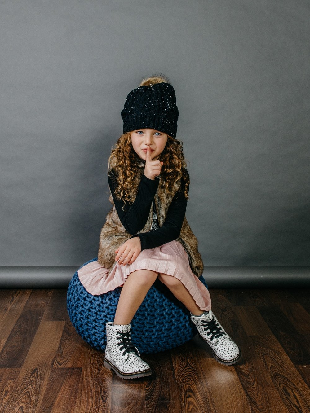 פוטר מודפס, חצאית פליסה מטאלית, ועליונית פרווה:  MISH-MISH  , נעליים: פפאיה  (צילום: מארק סגל ל itmag.co.il)