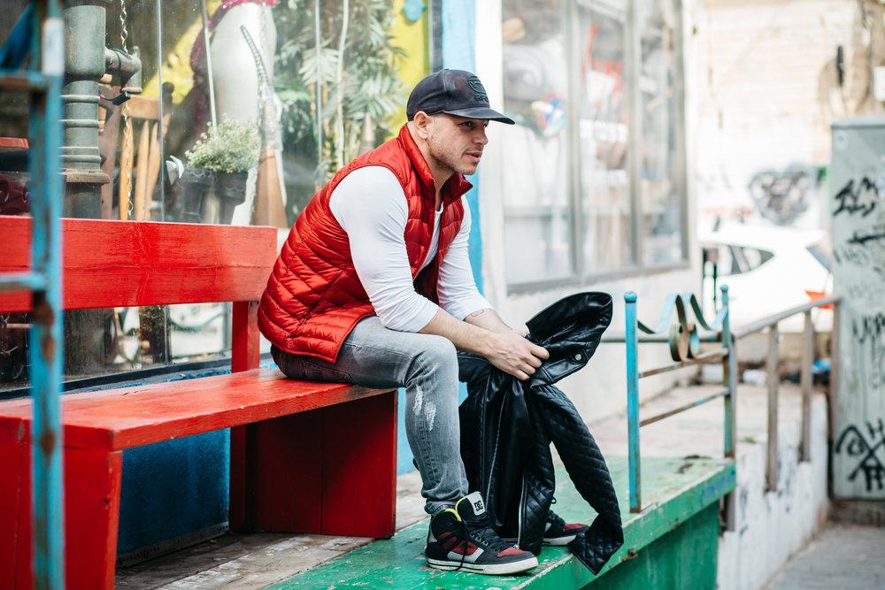 גיל ויצנר   לובש: ג'ינס, טי שירט ומעיל עור – זארה; ווסט – יוניקלו; כובע - G star; נעליים - מברצלונה   גיל באינסטגרם