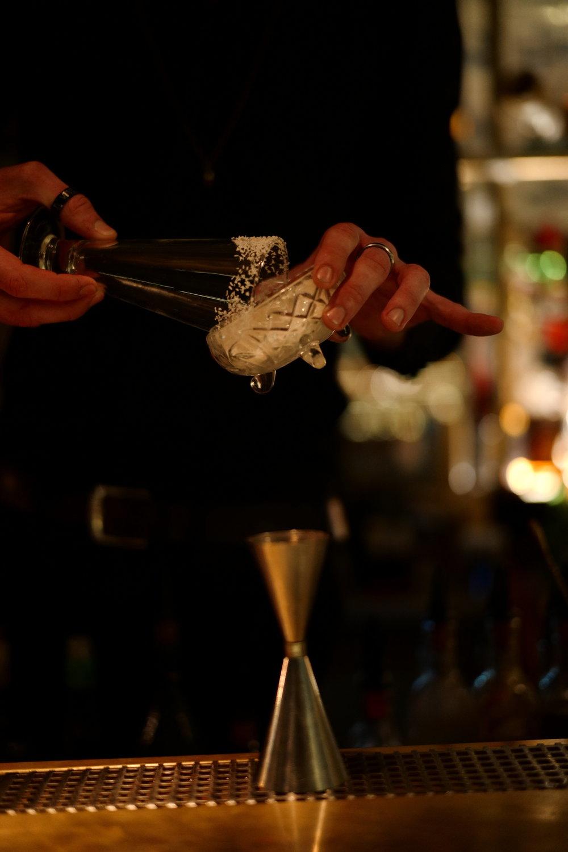 הגירסא המקומית לקוקטייל הקריבי מוגשת בכוס זכוכית בקישוט קוקוס בלבד. צילום: שי אשכנזי