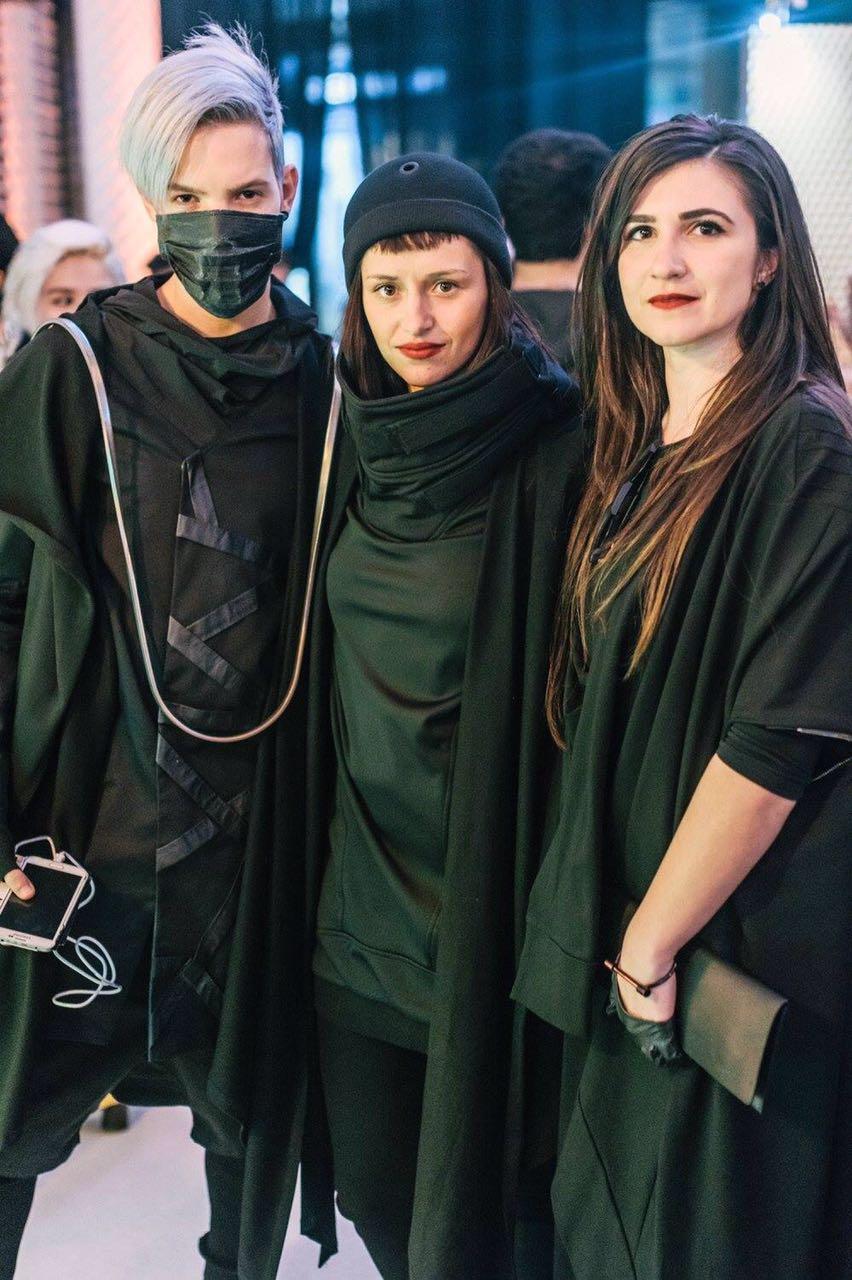 לובשים את הסגנון והאמונה שלהם. מימין: אנוק יוסבשווילי ואנטונינה אהרון, מעצבות המותג Vague Black ואור גל. (צילום: מארק סגל)