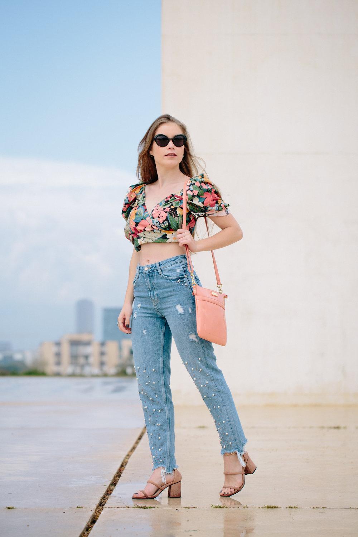 דנה לובשת: חולצה וג'ינס - זארה, נעליים – SHEIN, תיק - טומי הילפיגר, משקפי שמש - plein les mirettes   דנה באינסטגרם