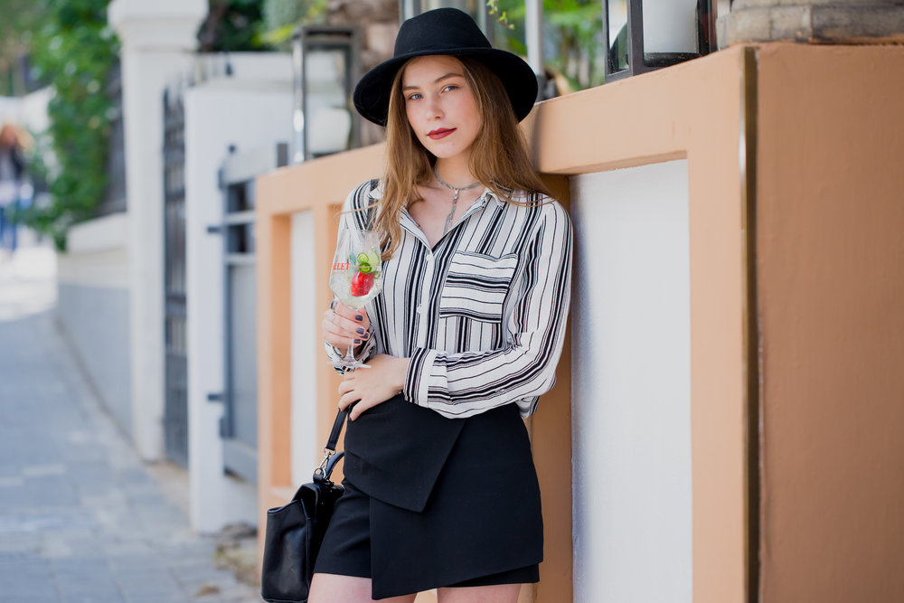 דנה קובלסקי. חולצה: H&M, חצאית: זארה,אפריטיף: Lillet Vive