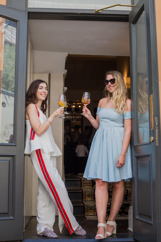 ליאת לובשת: שמלה בעיצוב אישי באתר anywear, רוני לובשת: חליפה, דנה סידי  ליאת שותה Lillet Rose, רוני שותה Lillet Blanc