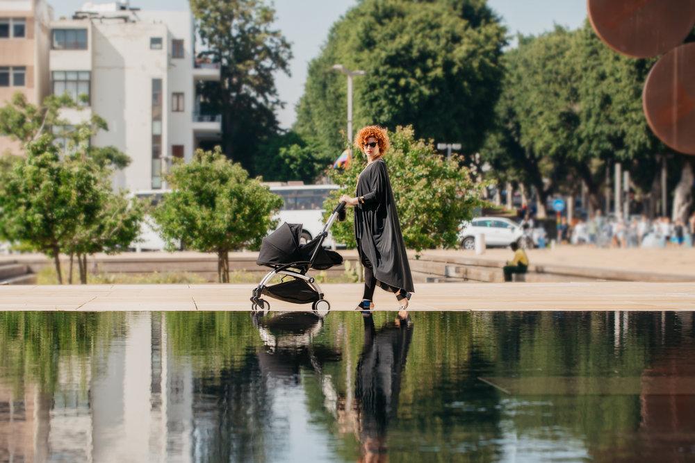 הילה בן חנוך:חולצה mews, נעליים יונייטד ניוד, צמיד- נוריתמי, טבעת- frida, עגלהYOYO+ ניובורן (צילום: עומר הכהן למגזין it)