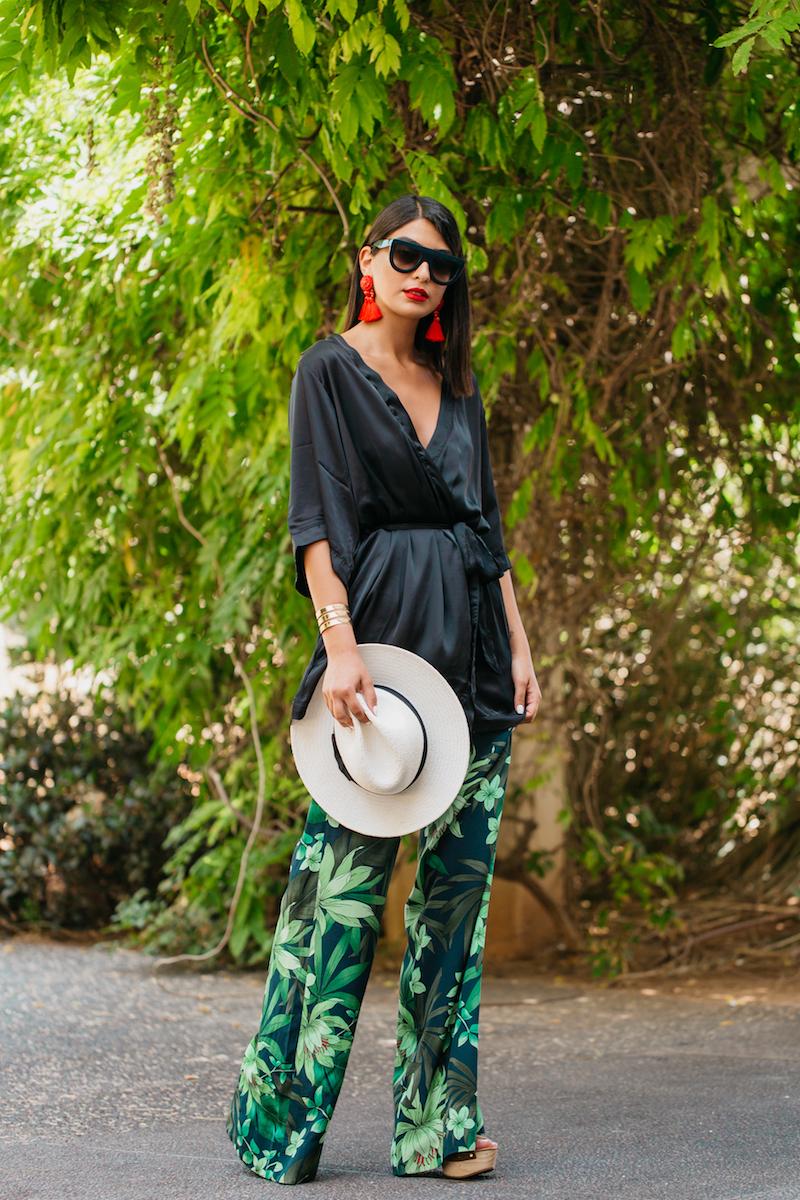 מכנסיים רחבים בהדפס עלים וקימונו שחור יוצרים לוק אלגנטי אך קליל, אביזרים כמו כובע ועגילים גדולים ישדרגו את הלוק למראה זוהר וקייצי.    טל ששון     קימונו ועגילים - H&M; מכנסיים, נעליים וכובע – זארה; משקפי שמש - Celine