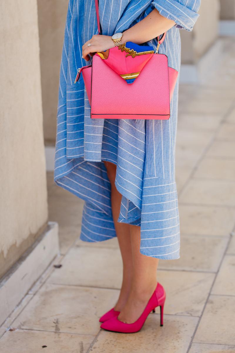 שמלת פסים אוברסייז באורכים שונים בשילוב נעלי עקב סטילטו ותיק בצבע הכי נכון של העונה, מעצימה את המראה הנשי. שילוב פריט נוסף בצבע שלישי, כמו משקפי שמש ירוקיםמוסיף עניין וייחוד לאאוטפיט.    ליאור סטביצקי     שמלה ותיק - אוסף פרטי; נעליים – ברשקה; משקפי שמש ותיק - ג'ימי צ'ו