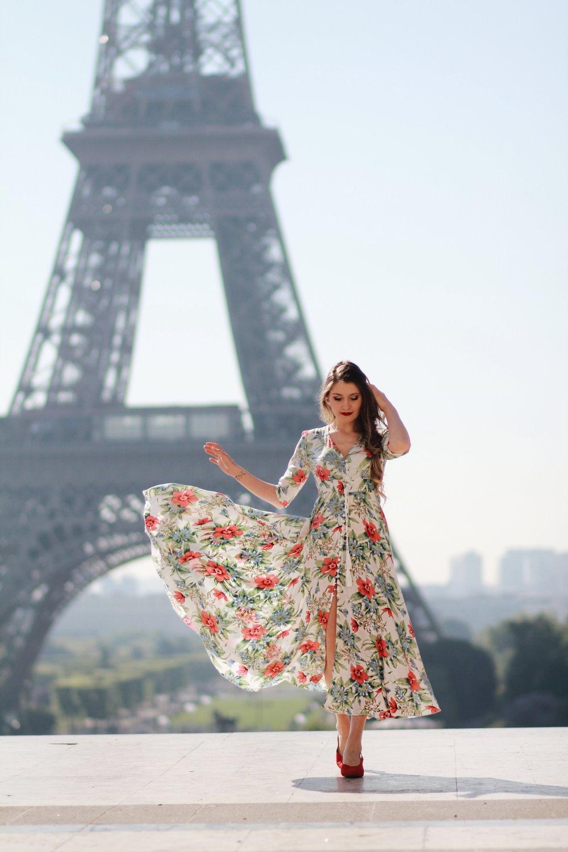 שמלה מבדים אווריריים ונושמים תעזור להתמודד עם החום בסטייל.  Mia Beschieri
