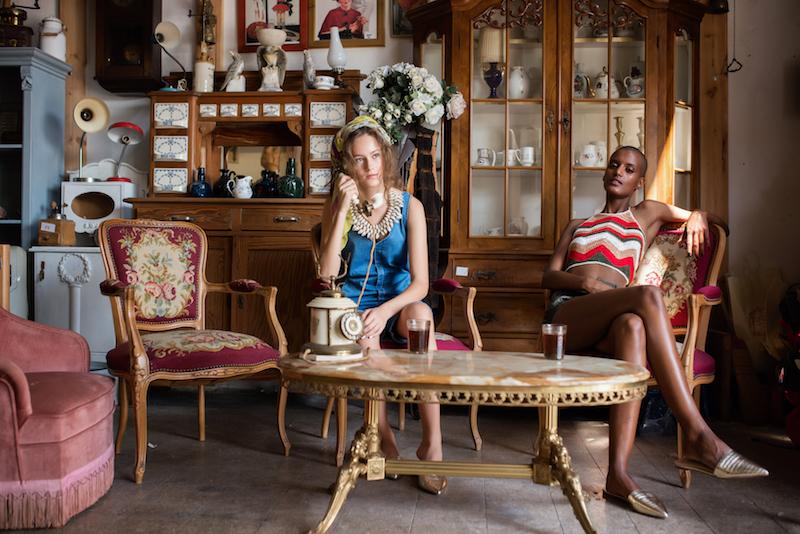 מימין: טופ ומכנסיים - עדיקה, נעליים: קסטרו. משמאל: אוברול ונעליים - קסטרו, שרשרת - H&M, מטפחת: אוסף אישי: