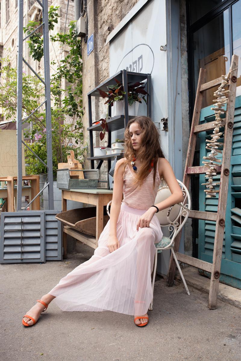 חצאית, בגד-גוף, שרשרת - H&M, נעליים - קסטרו