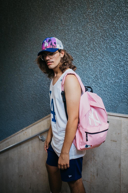 דניאל פחימה בגופייה, מכנסיים, תיק וכובע:New Era