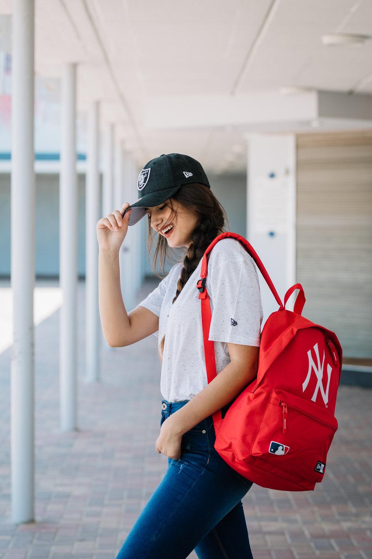 עינת בובליל בחולצה, כובע ותיק: New Era