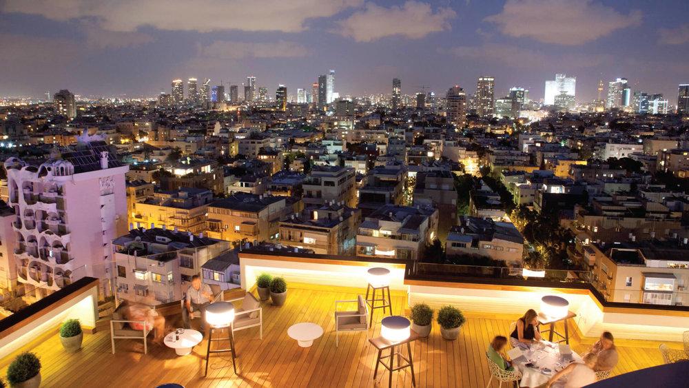 מראה שקיעה מרהיב גם מהצד המזרחי. בריכת גג העולם במלון קרלטון תל אביב