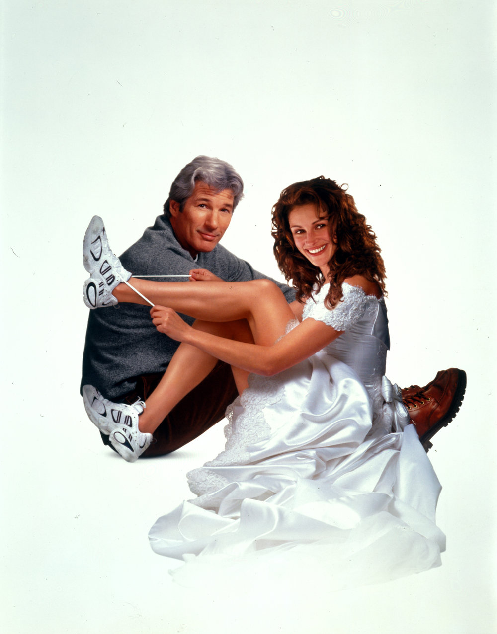 נעלי ריצה לבנות, גם אם את לא מתכוונת לברוח מהחופה. ג׳וליה רוברטס וריצ׳רד גיר מתאחדים בסרט ״תפוס את הכלה״ (צילום: באדיבות yes)