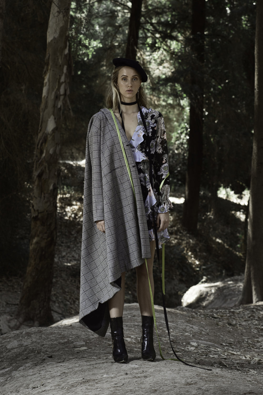 שמלה: H&M, מעיל: פול אנד בר, אקססוריז ונעליים: אוסף פרטי