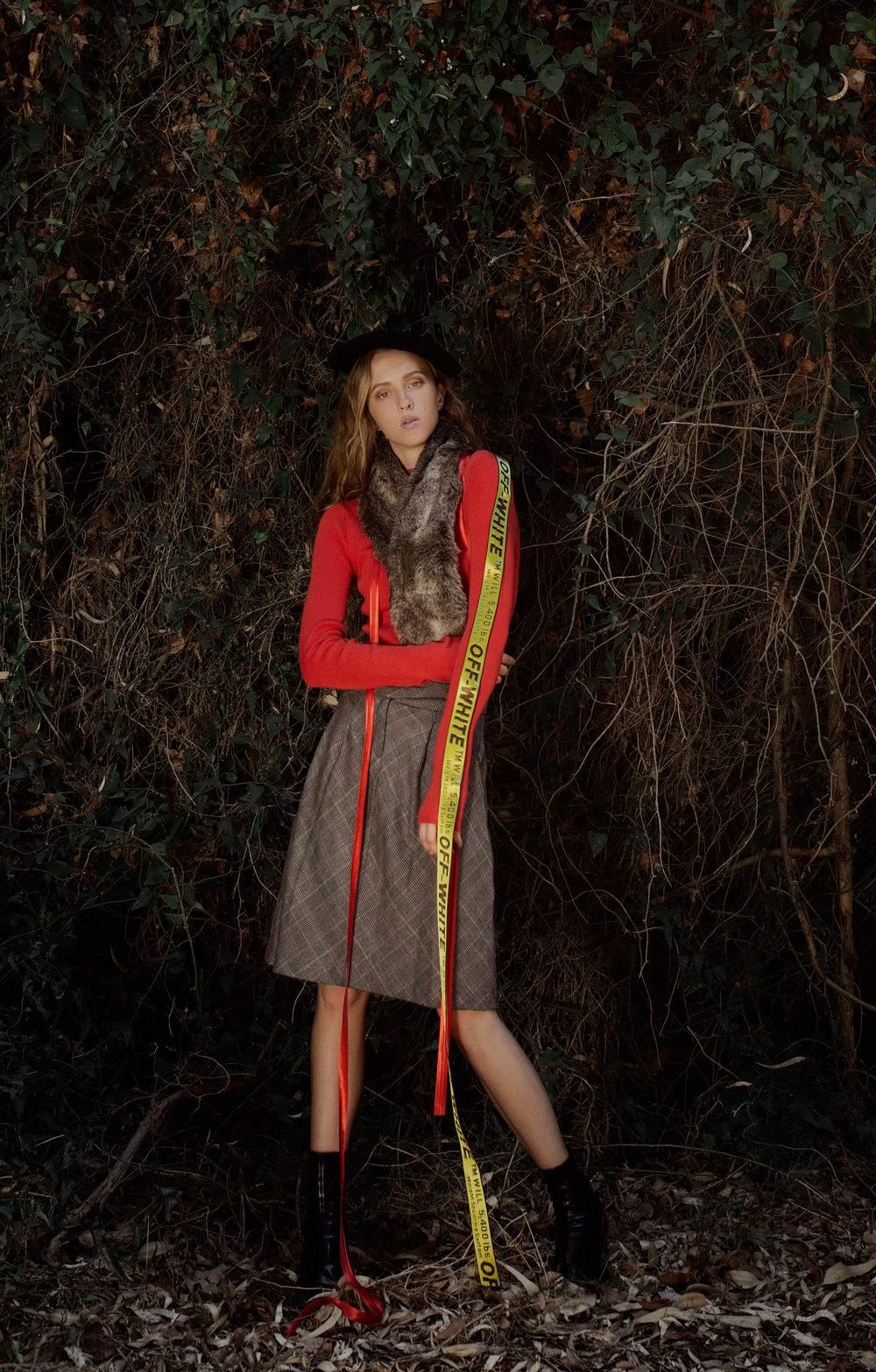 סוודר: ברשקה, חצאית: H&M, נעליים: זארה, חגורה: offwhite, כובע וצעיף: אוסף פרטי.