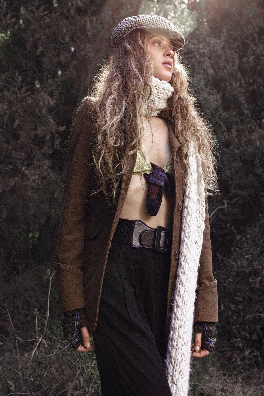 מכנסיים ומעיל: 7\24, צעיף: זארה, חזייה: H&M
