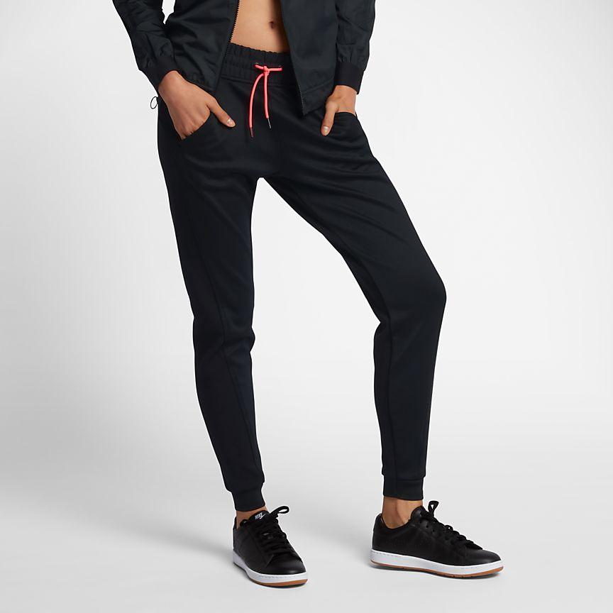NIKECOURT - מכנסי הקורט של נייקי, מכנסי טניס מבד חלק למקסימום נוחות, בגזרה מעודכנת ואופנתית. מוצעות בשלושה צבעים.25% הנחה נוספים בזמן המבצע בהקשת הקוד:25OFF_IL