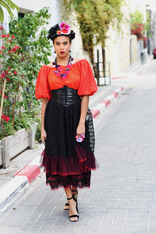 חולצה: זארה | חצאית ועגילים: אוסף פרטי של אליזט | שרשרת וטבעת: גיא גיל | עיצוב קישוט שיער: אליזט