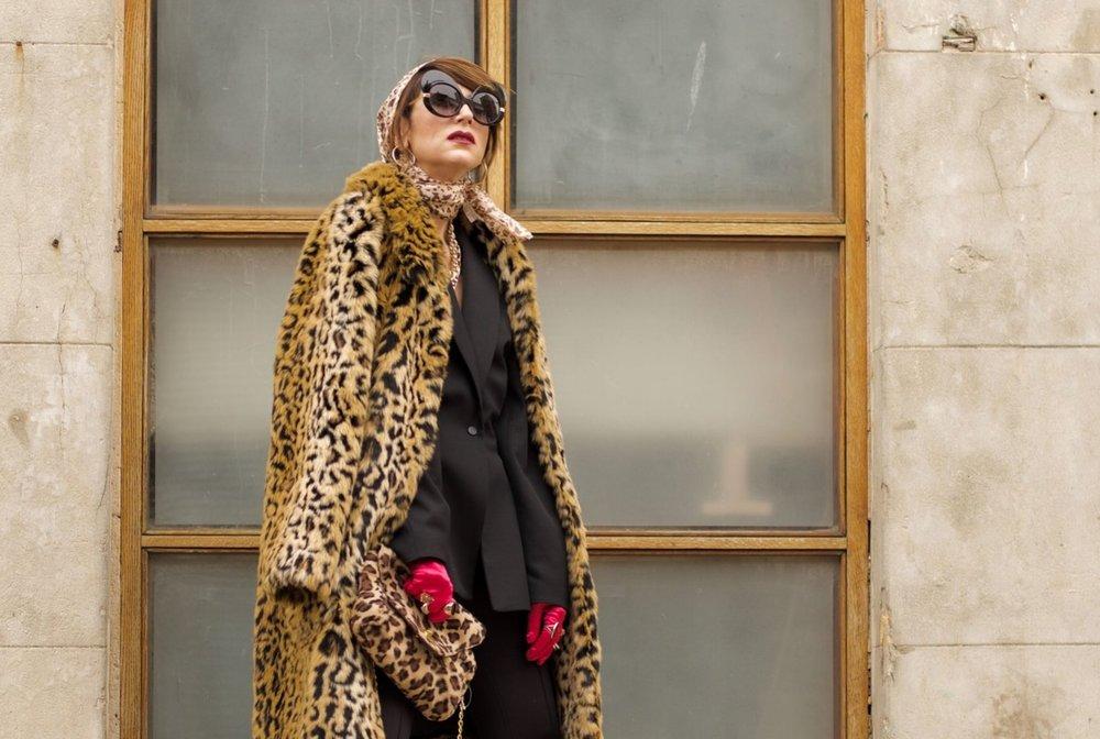 חליפה – H&M, מגפיים – זארה, משקפי שמש – private vintage collection, מטפחת, כפפות, תיק ותכשיטים – אוסף פרטי