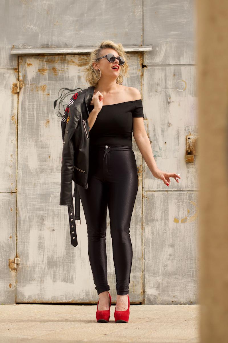 שירי ויצנר  כסנדי מ׳גריז׳.בגד גוף – לילך אלגרבלי (חלק מטווינסט), מכנסי דיסקו – אמריקן אפרל, נעליים – אלדו, ז׳קט – קסטרו, משקפי שמש – מארק ג׳ייקובס לאירוקה