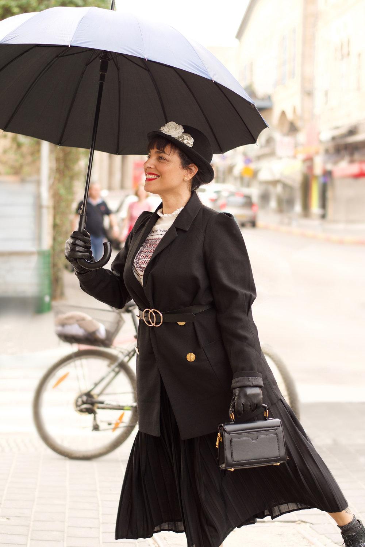 הגר טהר לב בתחפושת מרי פופינס. ז׳קט - דה רוקוקו, חולצה - זארה, חצאית - טופשופ, נעליים- שני בר, כפפות - קסטרו, תיק - גליתה