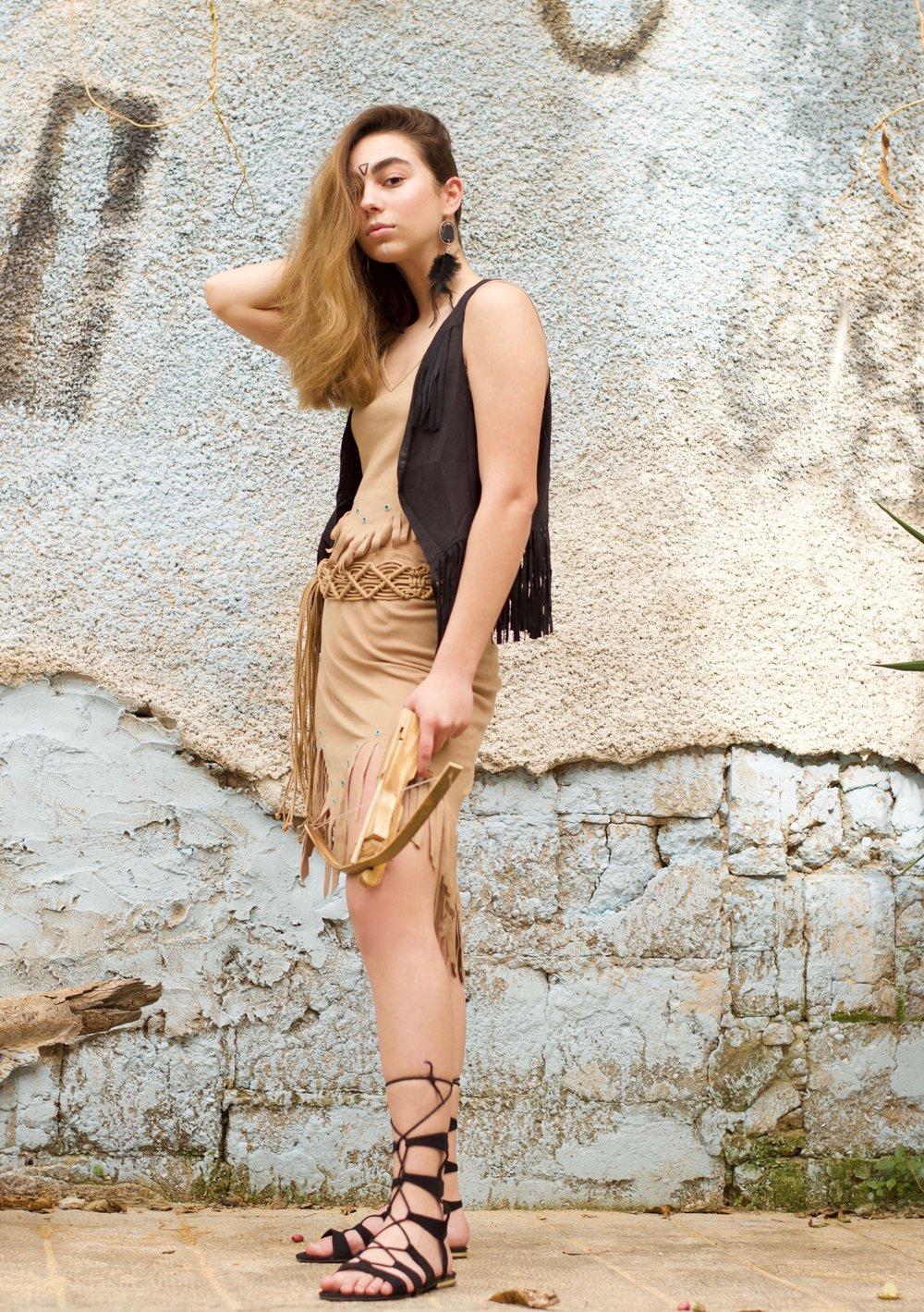 מאי עזריה כפוקהונטס. חליפה, ווסט, חגורה ועגילים – אוסף פרטי, נעליים - רנואר