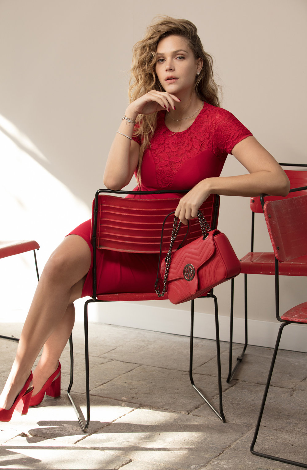 אסתי גיצבורג לגולברי. שמלה -349.90 ₪,תיק 249.9 ₪ (צילום:יניב אדרי)