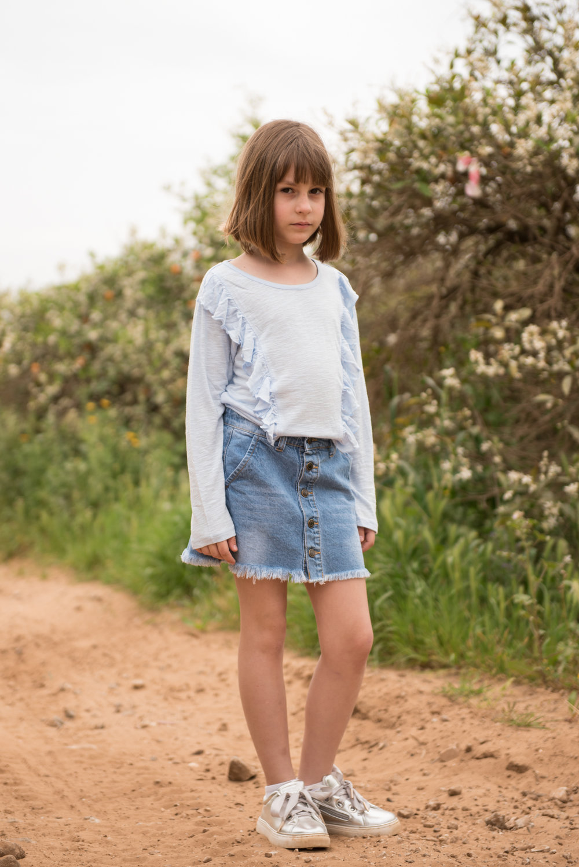 מיאה בחולצה וחצאית ״דלתא״, סניקרס: רשת נעלי ״נימרוד״