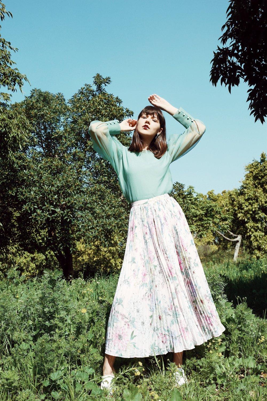״צבעי פסטל וניוד״ חולצה: H&M. חצאית: H&M. עגילים: קסטרו. נעליים: אוסף פרטי