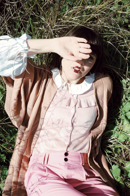 ״גווני דובדבן״ חולצה: H&M. סריג: TNT. קימונו: פלאשבק.