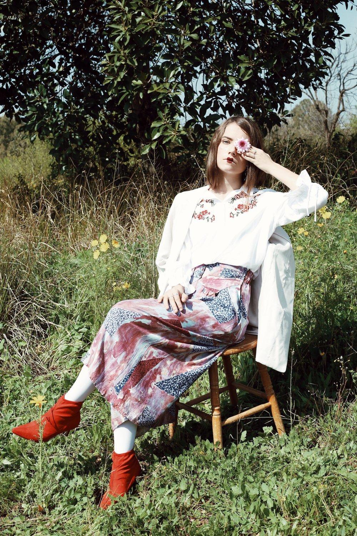 ״כותנה רקומה״ חולצה: H&M. ג׳קט: H&M. מכנסיים: אוסף פרטי. גרביונים: אוסף פרטי. נעליים: SCOOP. טבעות: אוסף פרטי