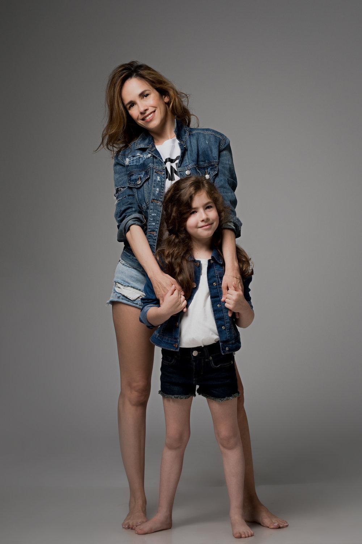 טלי לובשת: ג׳קט ג׳ינס American Eagle Outfitters, ג׳ינס קצר Billabong  גילי לובשת: ג׳קט ג׳ינס The Children's Place, חולצה MANGO Kids, ג׳ינס קצרAmerican Eagle Outfitters Kids