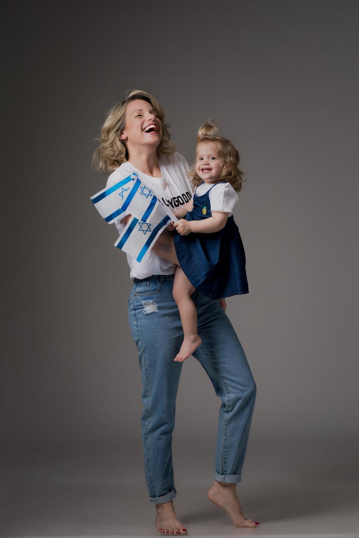 שירי לובשת: ג׳ינס MOM של רשתFOX, טי שירט מודפסת MANGO  איה לובשת: שמלת ג׳ינס ובגד גוף לבןFOX Baby